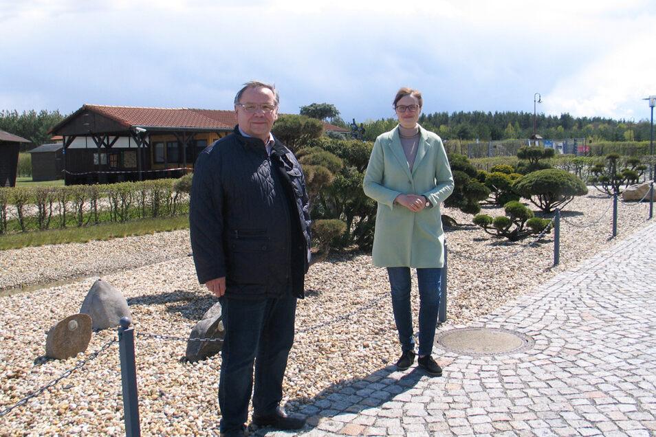 Freuen sich auf viele Besucher im Findlingspark Nochten: Ulrich Klinkert, Vorsitzender des Fördervereins, und Marketingchefin Anita Schwitalla.