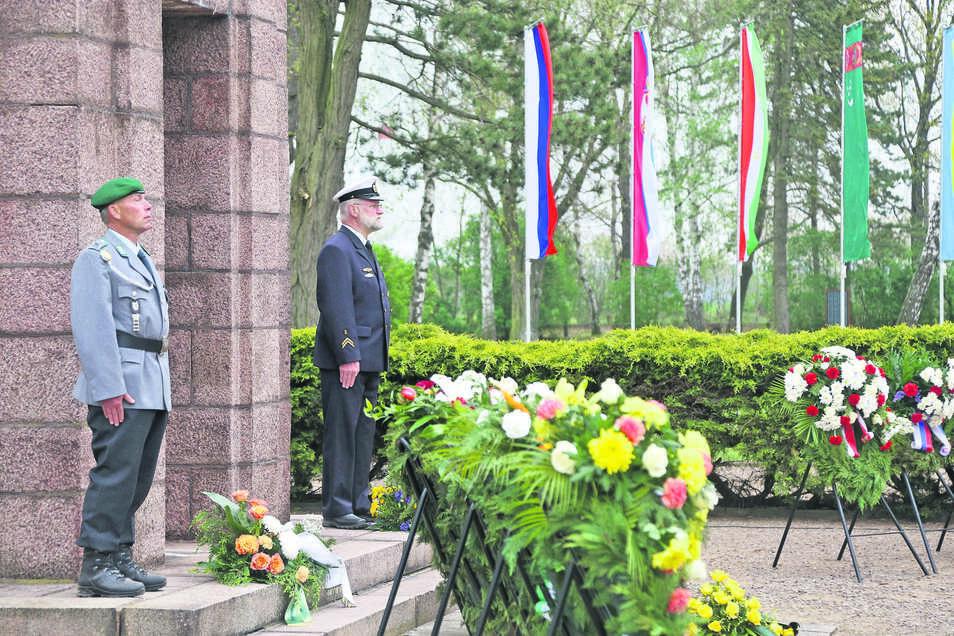 Zum 74. Jahrestag der Befreiung des Kriegsgefangenenlagers Zeithain wurden am Obelisken zahlreiche Blumenkränze niedergelegt. Das Gedenken richtete sich in diesem Jahr besonders auf die italienischen Militärinternierten.
