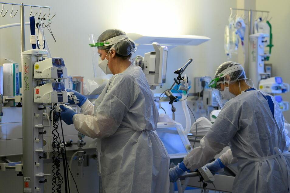Mehr Menschen müssen im Landkreis Görlitz wieder in den Kliniken wegen Covid-19 behandelt werden.