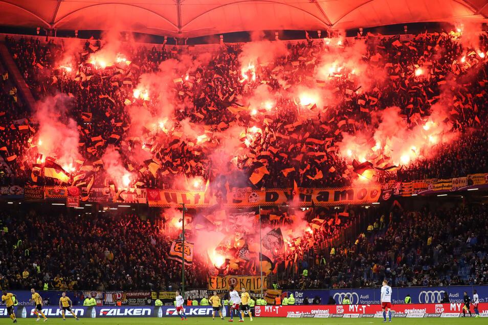Das Beweisfoto: Mindestens 55 bengalische Feuer, so das DFB-Sportgericht, haben Dynamo-Fans beim Auswärtsspiel in Hamburg abgebrannt.