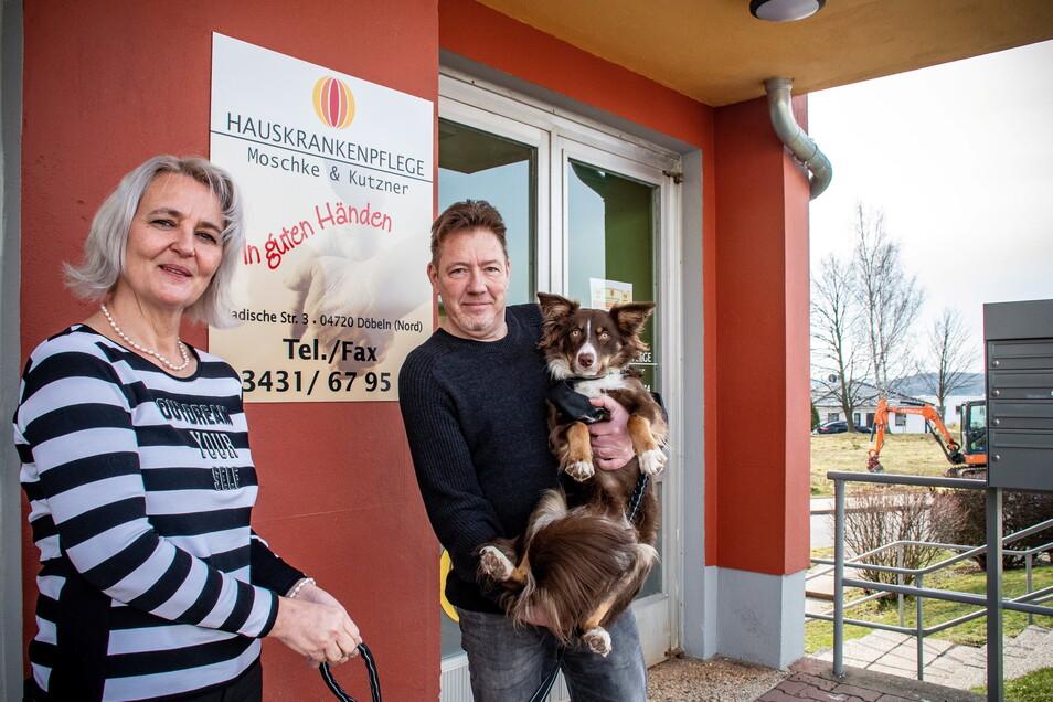 Marion Kutzner (links) und Thomas Moschke hatten ihre Hauskrankenpflege vor 15 Jahren eröffnet. Bell ist das jüngste Teammitglied. Der Australian Shepherd soll mal als Therapiehund arbeiten.