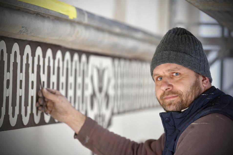 Sven Frey restauriert die Fassade des Hainewalder Schlosses nach historischem Vorbild. Das gesamte Gebäude ist mit aufwendiger Sgrafitto-Technik verziert.