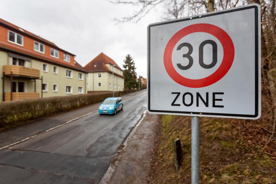 Die Stadt Freital überprüft laufend das Straßennetz, wo eine Tempo-30-Regelung Sinn hätte. Hier an der Gitterseer Straße gilt das schon.