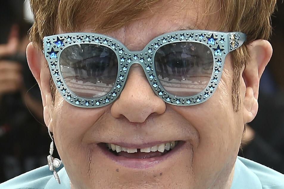Extravagante Brillen sind ein Markenzeichen des Musikers Elton John. Ein Exemplar, das er einst trug, ist jetzt in Bischofswerda zu sehen.