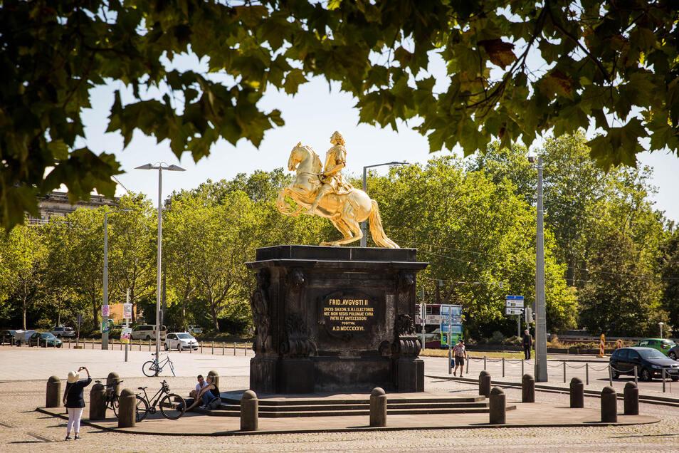 Blick auf den Neustädter Markt mit dem Goldenen Reiter