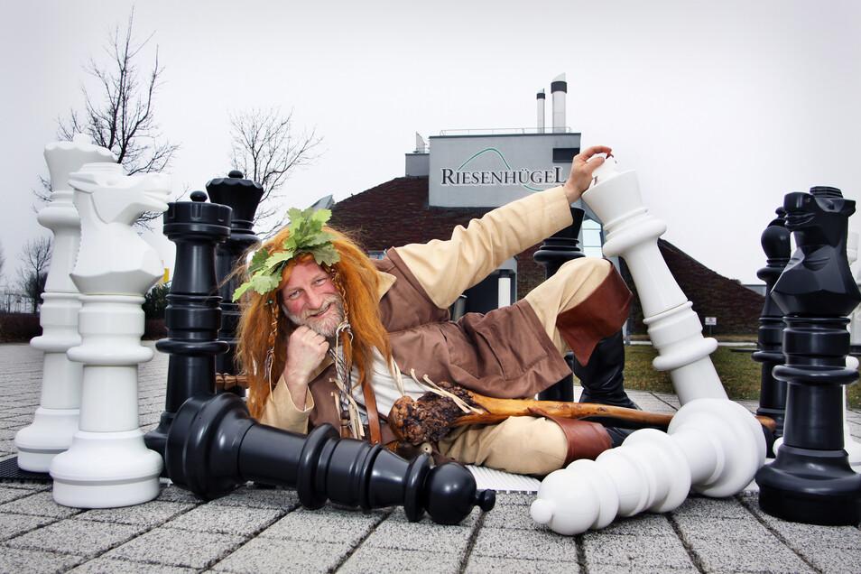 Der Riesaer Riese vorm Riesenhügel fungiert als Maskottchen des Tages der Sachsen 2019.