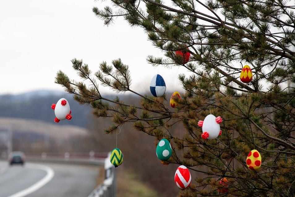 Ostereier schmücken einen Baum an der Sachsenbrücke in Pirna. Sind die Eier etwa auch vom Corona-Virus befallen?