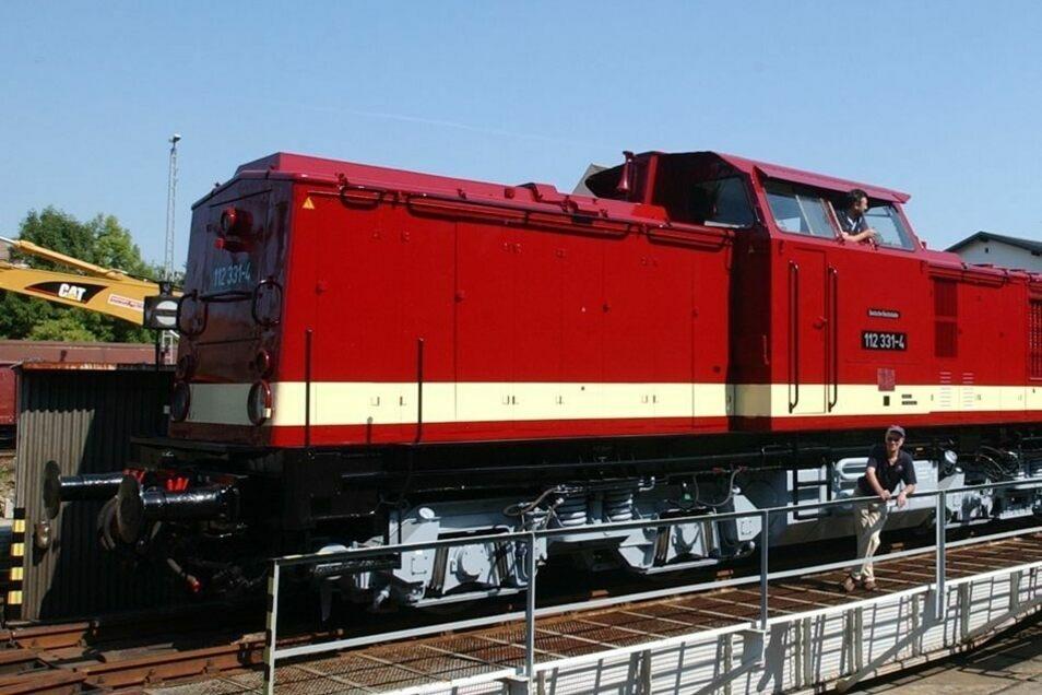 Die vereinseigene Diesellok V 100.