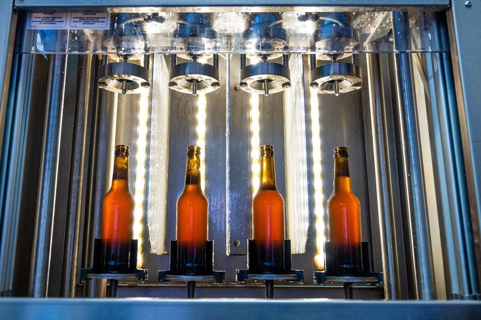 So ein Anblick lässt bei jedem Bierkenner das Herz schneller schlagen - in der Abfüllanlage kommt der erfrischende Gerstensaft in die Flaschen.