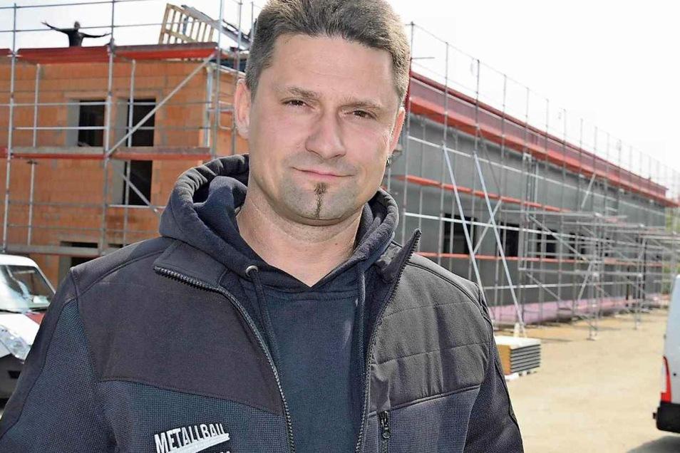 """Torsten Adam ist der Chef von Metallbau Adam. Die neue Produktionshalle im Gewerbegebiet """"Görlitz-Markersdorf am Hoterberg"""" wächst. Im Sommer soll der Umzug stattfinden."""