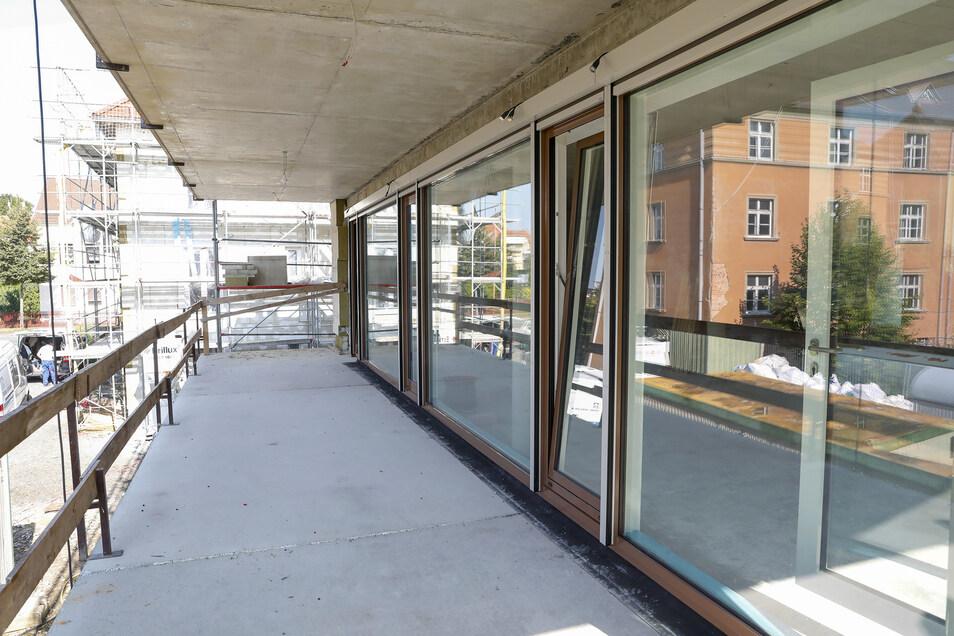 Terrassenartige Balkone laden zu einen Stündchen an der frischen Luft ein.