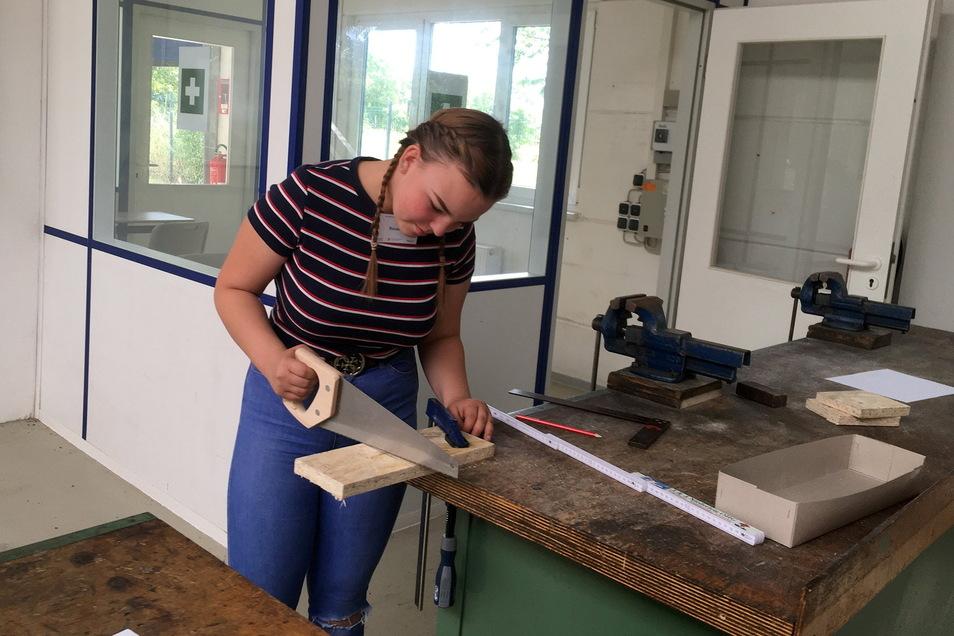 So geht es los: Rosalie bereitet sich in der Offenen Werkstatt Riesa darauf vor, eine Design-Lampe zu bauen.