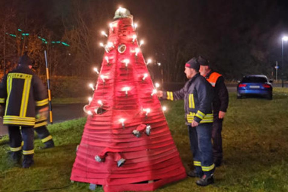 Gibt es so etwas noch einmal? Ein Feuerwehrweihnachtsbaum.