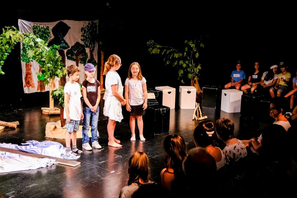 Die Theater-AG der Grundschule Friedrich Schiller aus Radebeul fesselt die Zuschauer mit ihrem selbst geschriebenen Theaterstück.