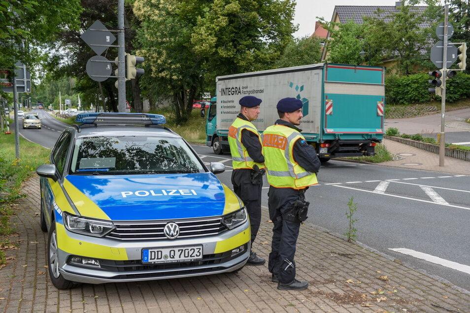 Die Polizei hat ihre Kontrollen auf der S36 auch in dieser Woche fortgesetzt. Die Staatsstraße ist zwischen Deutschenbora und Wilsdruff für den Transitverkehr gesperrt.