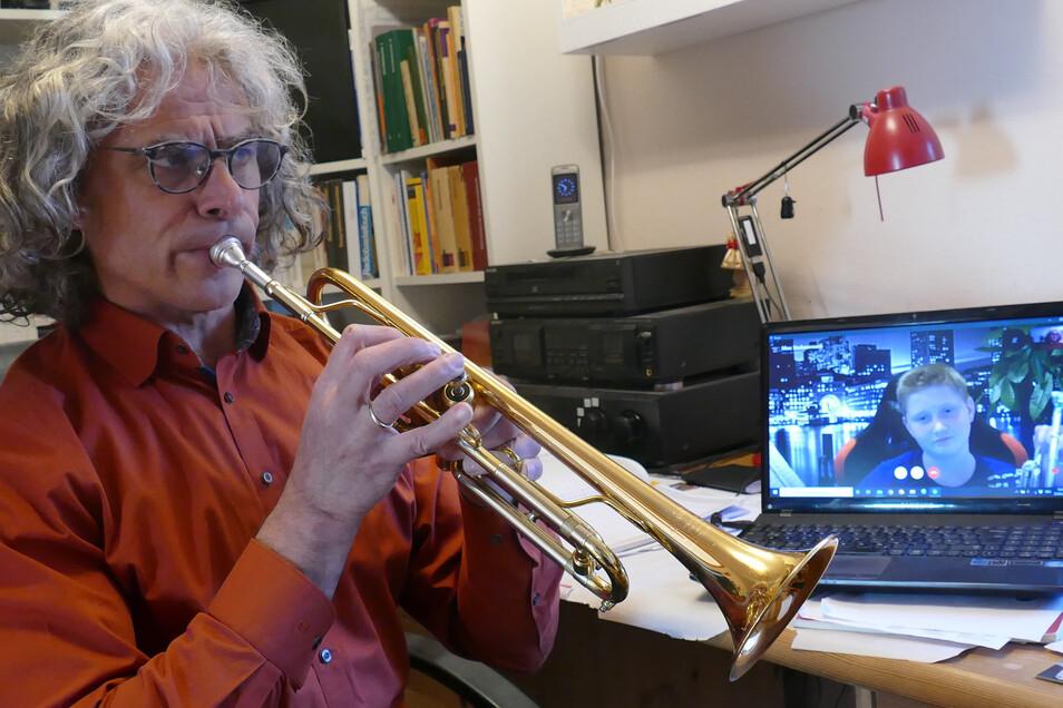 Seit Mitte März gibt es Instrumentalunterricht aus der Ferne. Dafür haben die Lehrer ihr häusliches Musikzimmer in eine kleine Musikschule umgewandelt. Hier gibt Andreas Berger (links) Max Stubenrauch Trompetenunterricht.