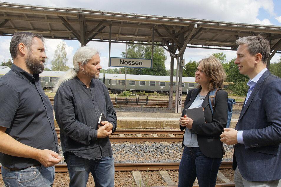 Grünen-Politiker Stephan Kühn (r.) besucht die stillgelegte Bahnstrecke um Nossen. Er spricht auch mit den NRE-Geschäftsführern Christoph Feldhaus (l.) und Eckart Sauter sowie der Landratskandidatin Elke Siebert über die Wiederbelebung.