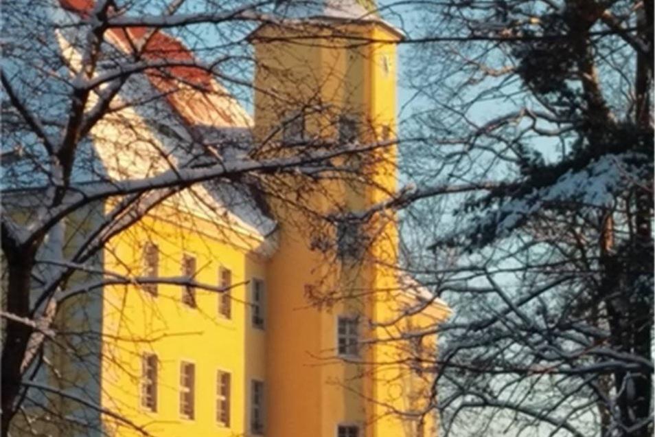 Langburkersdorf. Eines seiner Lieblingsmotive, das Schloss Langburkersdorf, hat Christian Kowalow fotografiert. Er schreibt dazu: wunderschönes Spätnachmittags-Licht. Gut, dass man von Arbeit auch mal zu Fuß nach Hause geht.