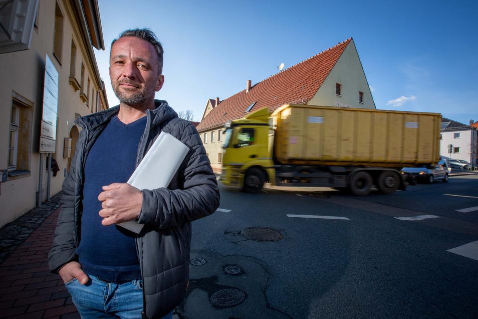 Oliver Köbe wohnt an der Staustrecke und ist genervt. Er sammelte 1.000 Unterschriften für eine Umgehungsroute.