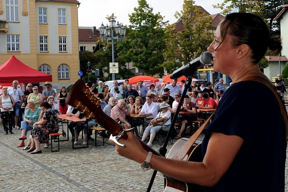 Für die musikalische Unterhaltung auf dem Marktplatz sorgten Berufsschullehrerin Konstanze Niemz aus Knappenrode (im Foto), Suzi Bonanox aus Bad Muskau und Bernadette la Hengst aus Berlin.