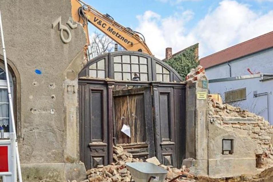 Der Schriftzug vom Haus an der Töpferstraße ist weg, der Torbogen stark beschädigt.