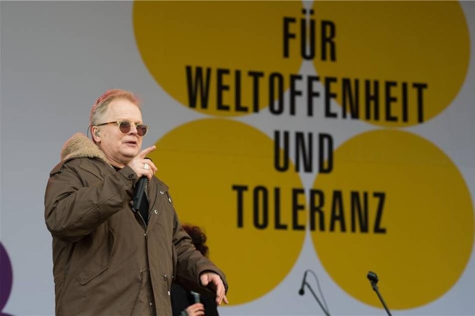 ... beim Soundcheck auf der Bühne auf dem Neumarkt in Dresden.