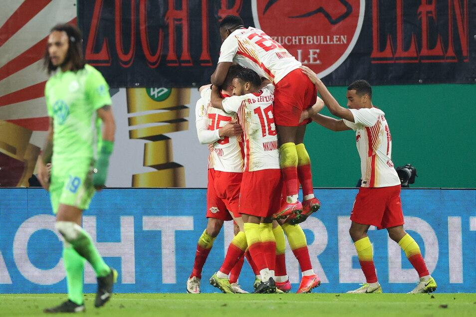 Leipzigs Spieler feiern das Tor zum 1:0 durch Stürmer Yussuf Poulsen (verdeckt).