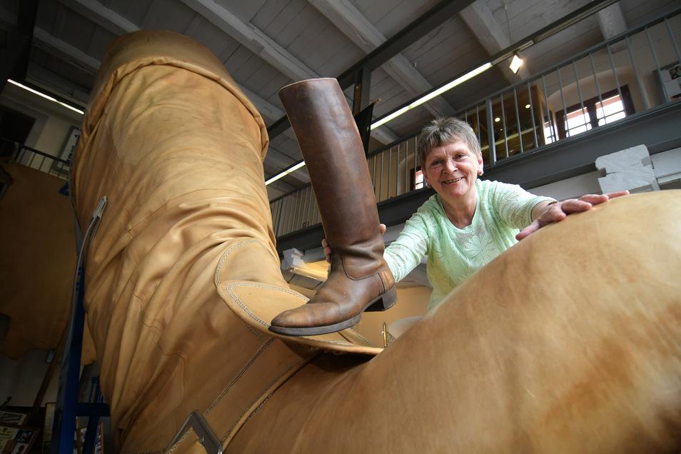 Bärbel Kidalla betreut das Stiefelmuseum auf dem Leisniger Burglehn. In zwei Monaten hat sie rund 1.000 Besucher begrüßt. Diese überaus große Resonanz an dem Riesenschuhwerk haben weder sie noch ihre Chefin Nicole Hirsch erwartet.