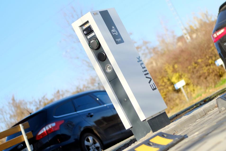 An zahlreichen Orten im Landkreis Meißen stehen Ladesäulen für Elektroautos, unter anderem am Landratsamt Meißen an der Brauhausstraße. Ihre Zahl hat zuletzt deutlich zugenommen.