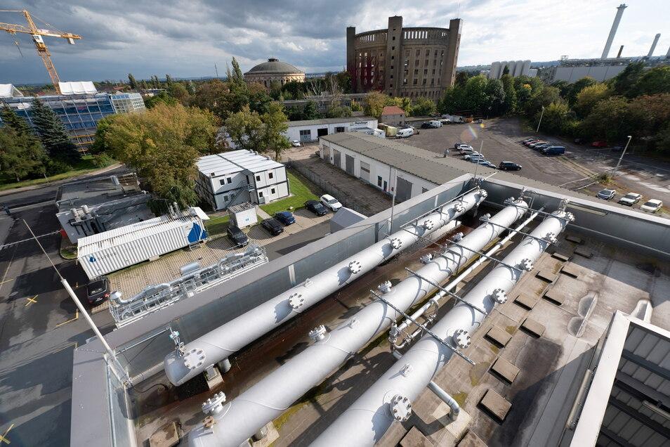 Eine Anlage zur Herstellung synthetischer Kraftstoffe steht auf dem Werksgelände von Sunfire vor dem Gasometer in Dresden.