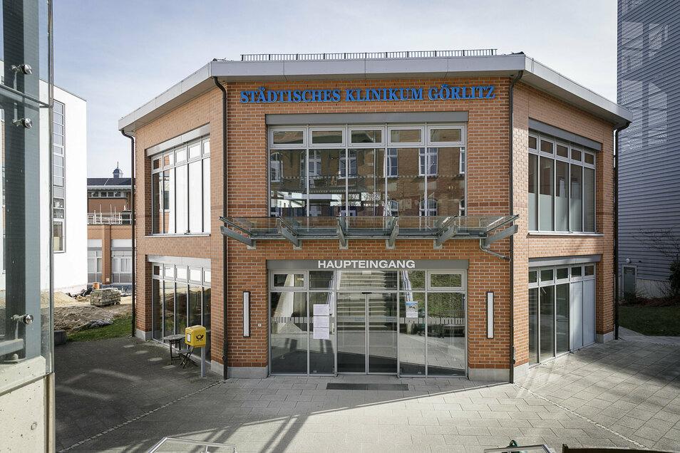 Das ist der neue Haupteingang des Klinikums, der Ende nächsten Jahres schon wieder der alte sein wird.