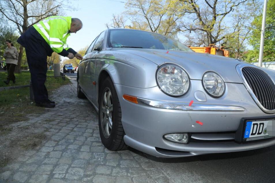 Der Jaguar nach dem Unfall vom 18. April dieses Jahres. Ein 74-jähriger Fahrradfahrer wurde dabei schwer verletzt.