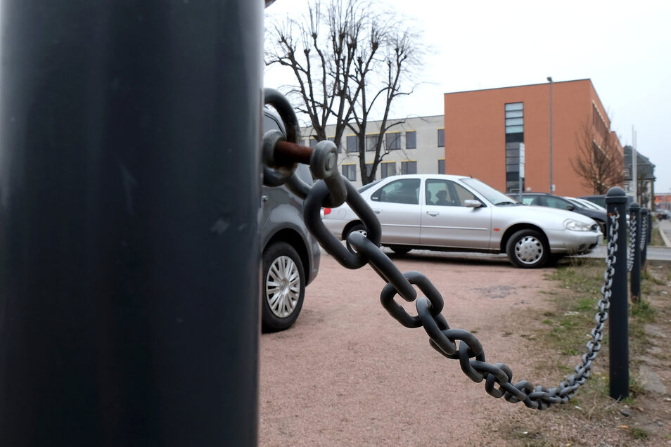 """Auf den teils als Parkplatz genutzten Flächen neben dem Landratsamt auf der Meißner Brauhausstraße wäre nach Ansicht der AfD-Fraktion im Kreistag genug Platz für einen """"funktionalen Anbau""""."""
