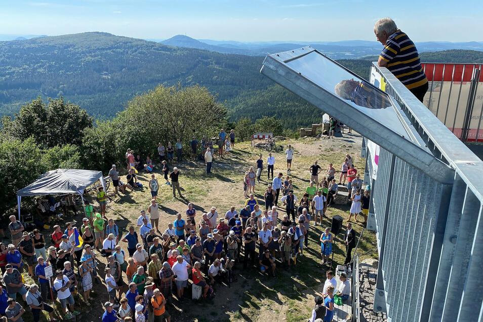Rund 200 Menschen von tschechischer und deutscher Seite sind zur Einweihung auf die Lausche gestiegen.