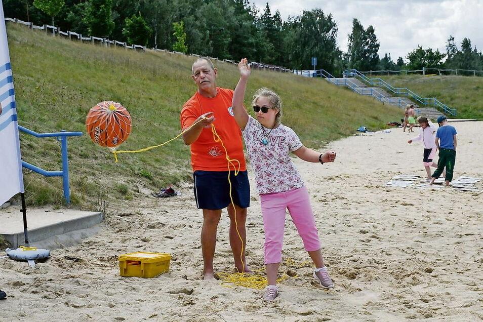 Jolina übte mit dem Wasserball an der Leine, einen vorher abgesteckten Bereich am Strand von Klitten zu treffen. Michael Brosius gab ihr die richtigen Tipps.
