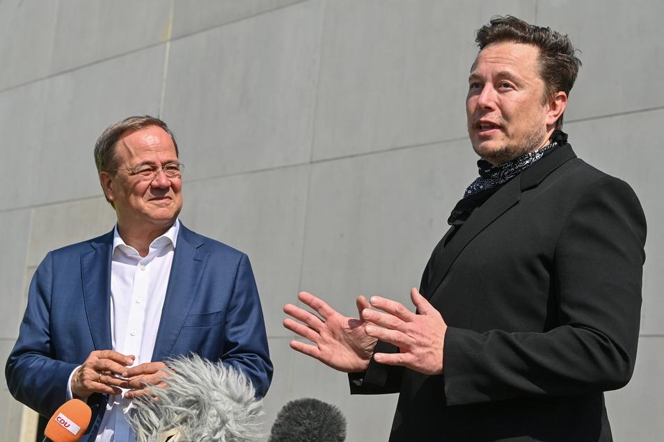 Armin Laschet (l), CDU-Bundesvorsitzender und Ministerpräsident von Nordrhein-Westfalen und Elon Musk, Tesla-Chef, bei einem Treffen an der Tesla Gigafactory in Grünheide.