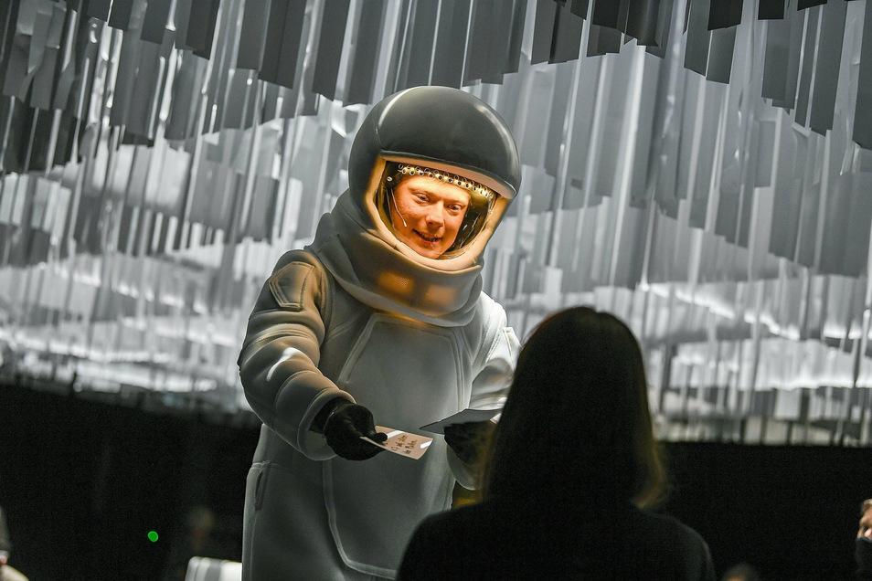 Jannik Hinsch trägt ein passenderweise coronakonformes Kostüm.