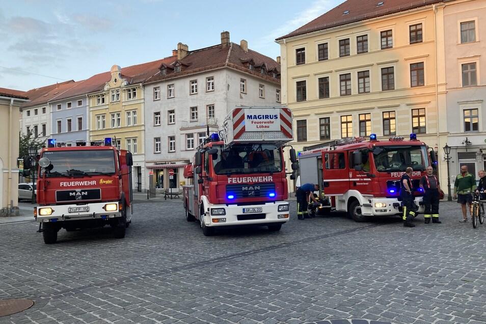 Zahlreiche Fahrzeuge der Löbauer Ortswehren standen am Altmarkt zum Einsatz bereit.
