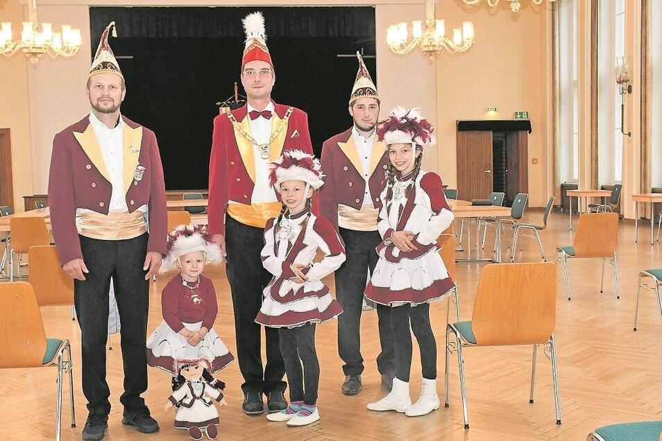 Marco Holz, Matthias Mönich und Nico Kambor (von links) mit den Funkenmariechen Annie, Amelie und Lilly (von links) im leeren Saal der Fema in Rietschen.