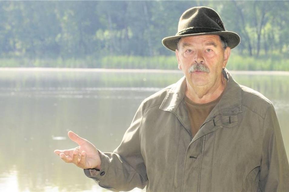 So wie auf dem Röhrichtteich bei Schönfeld findet Jörg Köhler, Vorsitzender des Jagdverbandes Großenhain, oft keine Wasservögel mehr. Zeigen sich doch einmal ein paar Wildenten, dann meist ohne Junge – denn diese sind für Waschbären eine Delikatesse.