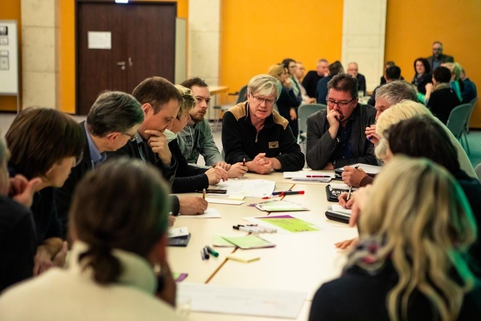 An sogenannten Thementischen diskutierte man die Vorhaben zur Erreichung der Ziele aus dem Leitbild 2030 – großes Bild.