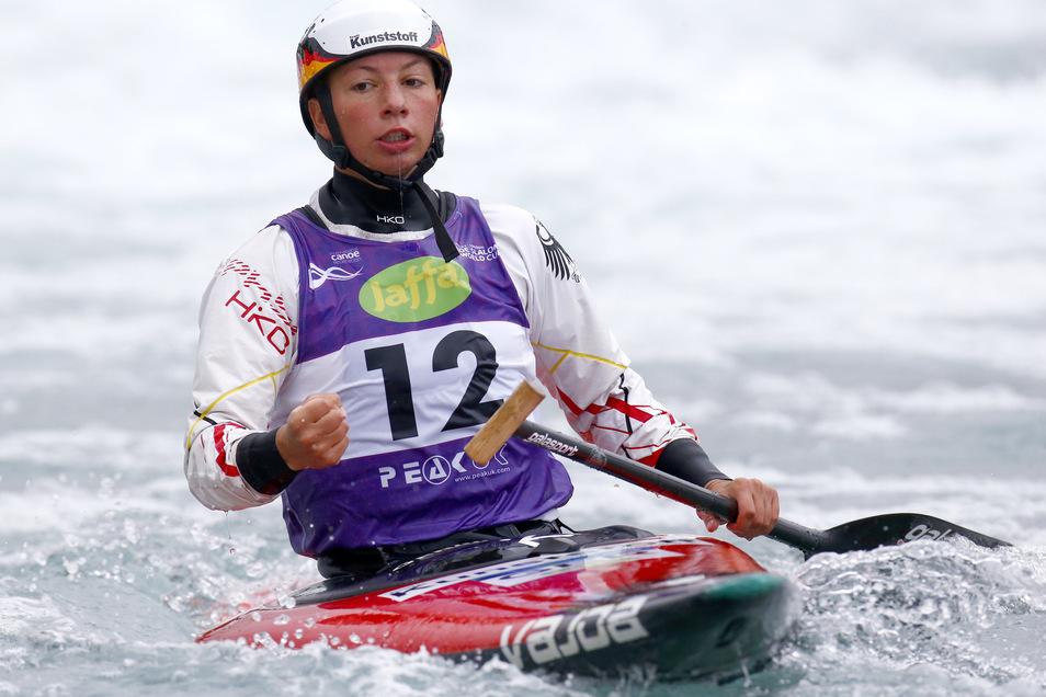Andrea Herzog in ihrem Element: Die Slalomkanutin paddelt mit ihrem Canadiereiner im Wildwasserkanal.