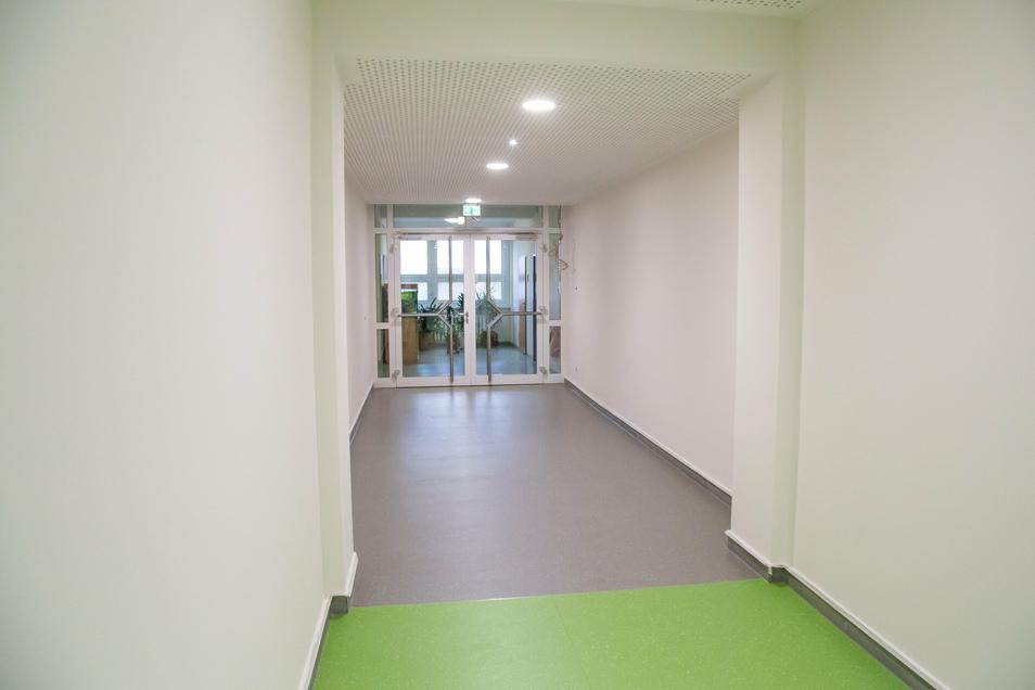 Dort, wo die graue Fläche ist, waren einst die Treppen durch das Schulhaus. Zwischendecken sind jetzt eingezogen und ermöglichen den Durchgang vom Anbau in das Schulhaus (im Hintergrund). Zudem ist eine Anlage zur Videoüberwachung eingebaut worden.