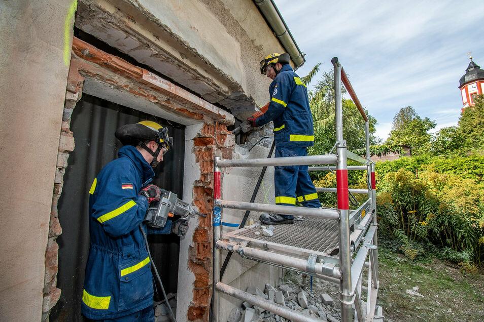 Unter anderem bohrten die Mitarbeiter vom Technischen Hilfswerk ein Loch in die Wand des Schuppen der alten Schule in Schrebitz.