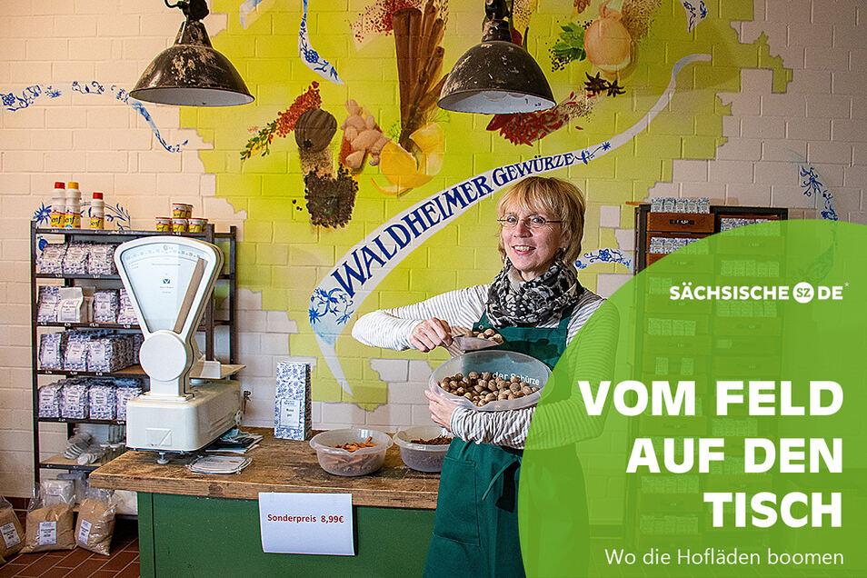 Verkaufsleiterin Angela Kuhnert im rustikal eingerichteten Laden direkt am Standort der Waldheimer Gewürze im Gewerbegebiet.