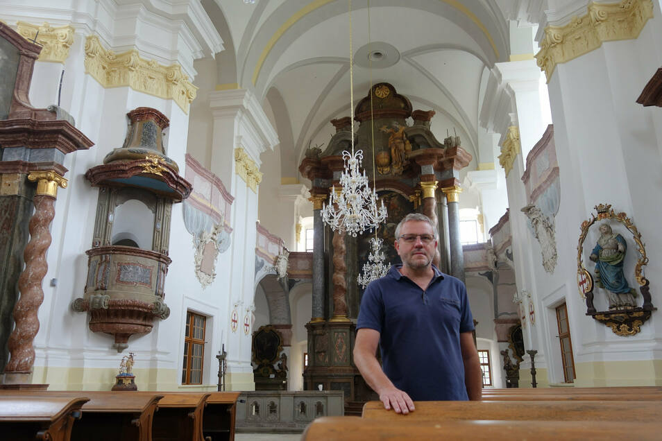 Umgeben von Barock. Tomáš Hlavácek sorgte mit einem Verein für die Rettung der Mariä-Himmelfahrtskirche.