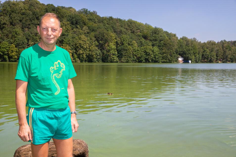 Uwe Jungnickel stört das grün gefärbte Wasser nicht. Wer nach dem Baden duscht, hat kein Problem mit den Blaualgen, sagt der Mitarbeiter der Jugendherberge Falkenhain. Die Betreiber warnen Badegäste trotzdem vor gesundheitlichen Risiken.