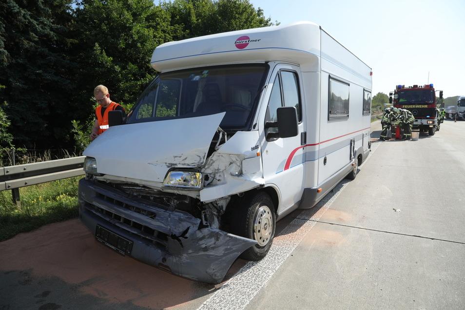 Das Wohnmobil war mit einem PKW mit Anhänger zusammengestoßen.