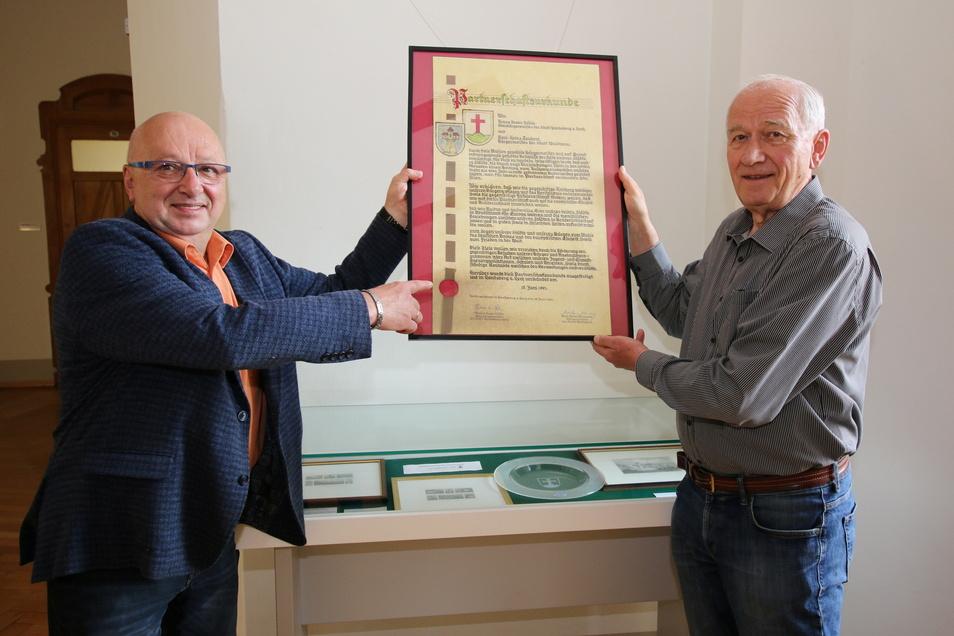 Vor 30 Jahren hat der damalige Bürgermeister Karl-Heinz Teichert (rechts) die Partnerschaftsurkunde mit Landsberg unterzeichnet. Sie hängt jetzt im Rathaus neben dem Dienstzimmer von Bürgermeister Steffen Ernst.