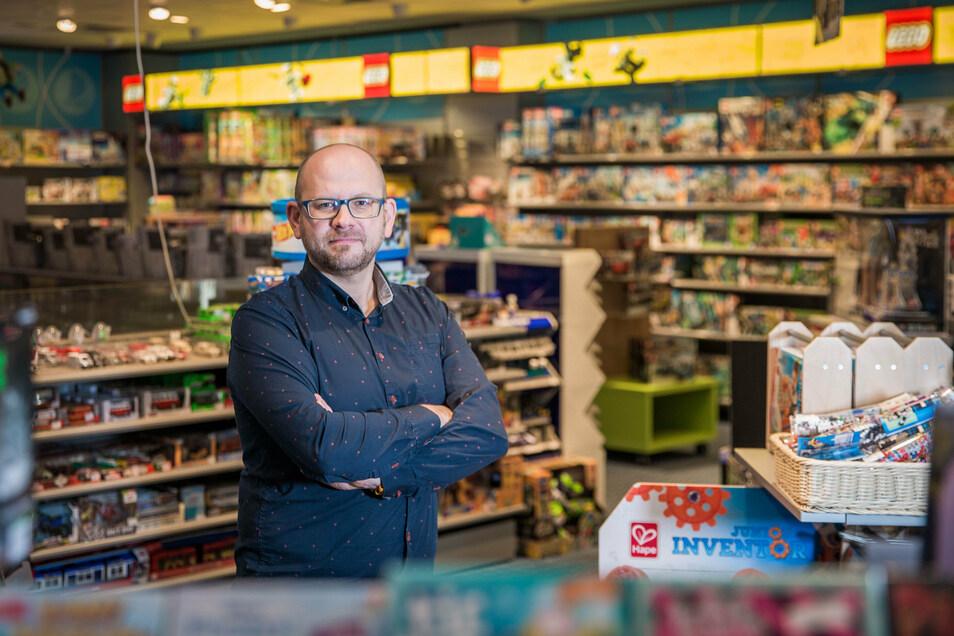 Daniel Dorner, der Inhaber der Spielaxie in der Altmarkt Galerie, verzeichnet 30 Prozent weniger Umsatz im Vergleich zu Vorjahr.